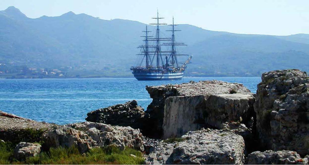 La nave scuola Amerigo Vespucci ancorata nella rada di Portoferraio. Foto di Filce Srl